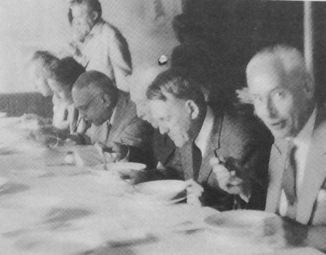 Mittagessen auf Burg Liebenstein: (von r. nach l.) Prof. Fuchs, Prof. Poppe, Prof. Haenisch, Prof. Zajaczkowski, Frau Prof. v. Gabain, Prof. Sinor, Prof. Jahn (stehend)